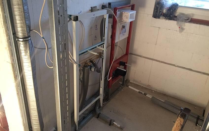 Die Rohinstallation Sanitär wird ausgeführt.