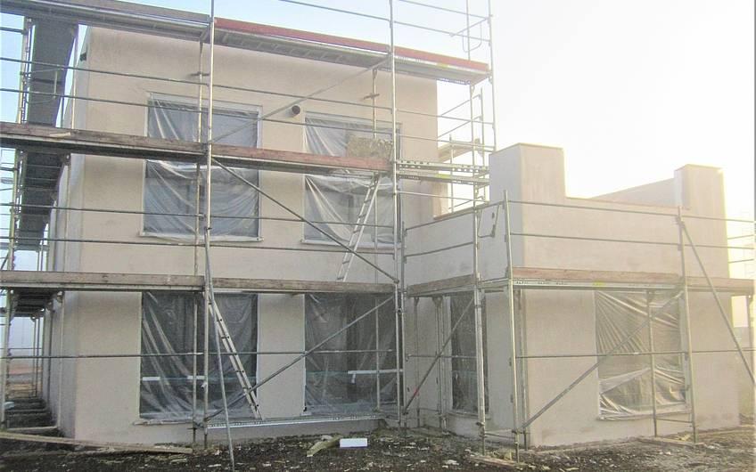 Das Haus wurde mit dem Unterputz versehen.