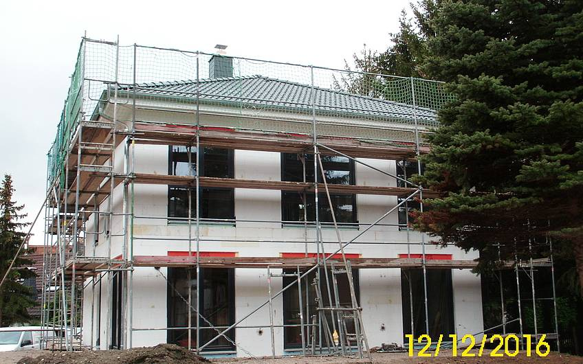 Fenster- und Fenstertüren zum Garten werden montiert.