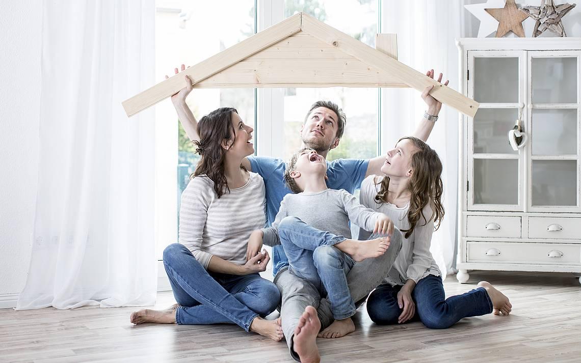 Familie auf Boden mit Holzdach