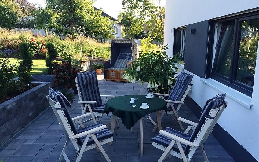 Die Terrasse mit Zugang zum Garten