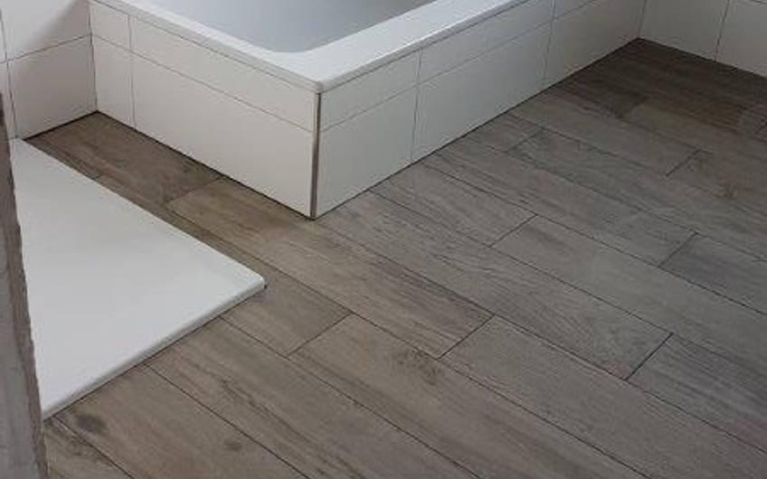 Abgeschlossene Fliesenarbeiten im Badezimmer in der individuell geplanten Doppelhaushälfte Twin XL von Kern-Haus in Bammental