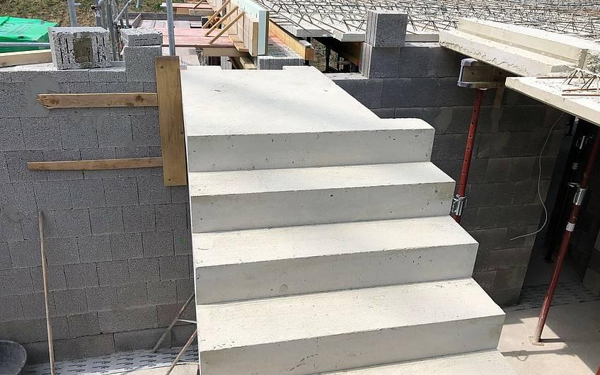 Die Podesttreppe wird eingebaut.