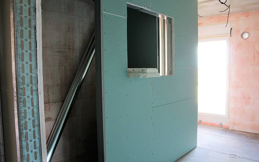 Trockenbauwand mit Aussparung für späteren Spiegelschrank