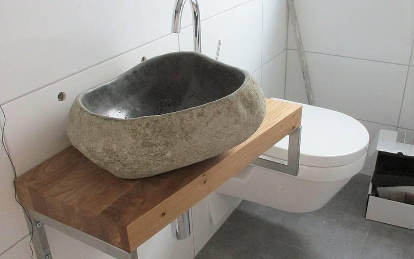 Im Gäste WC wurde die Toilette und das Natursteinwaschbecken montiert.