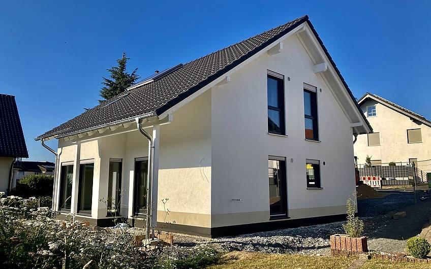 Haus mit gestrichener Fassade.