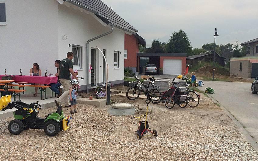 Die Kinder spielten auf der Baustelle.