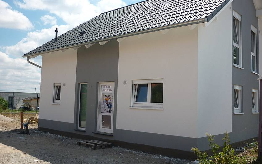 Hauseingangsseite fertiger Außenputz Kern-Haus