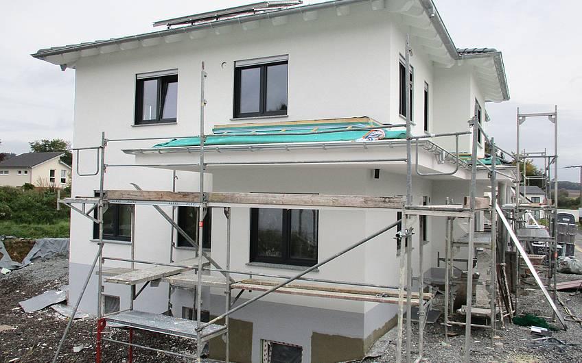 Anstreichen des Dachüberstandes.