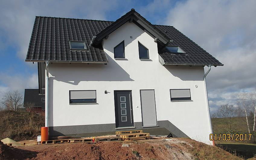 Haus mit Satteldach und kleiner Gaube