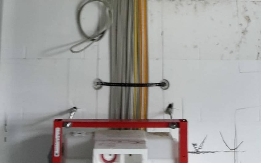 Hier gelangen die Leitungen über die Decke in das Badezimmer.