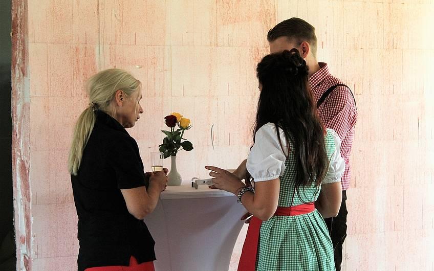 Gabriela Dose im Gespräch mit Gästen auf Rohbaubesichtigung