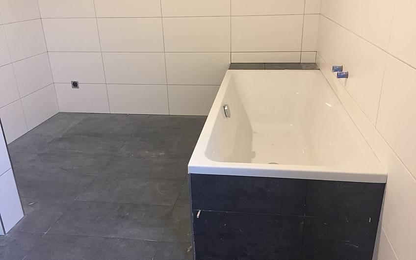Die Badewanne wurde eingebaut.