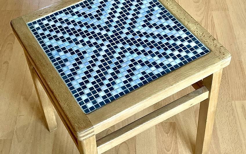 Hocker mit Mosaikfläche.
