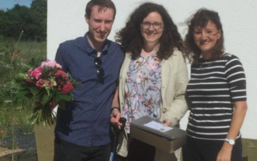 Gemeinsam mit Verkaufsberaterin Astrid Hübschke konnten die Bauherren bei schönstem Wetter die Grundsteinlegung feiern!