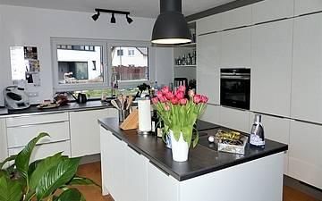 Küche in der individuell geplanten Kern-Haus-Stadtvilla Signus in Dettenheim-Rußheim