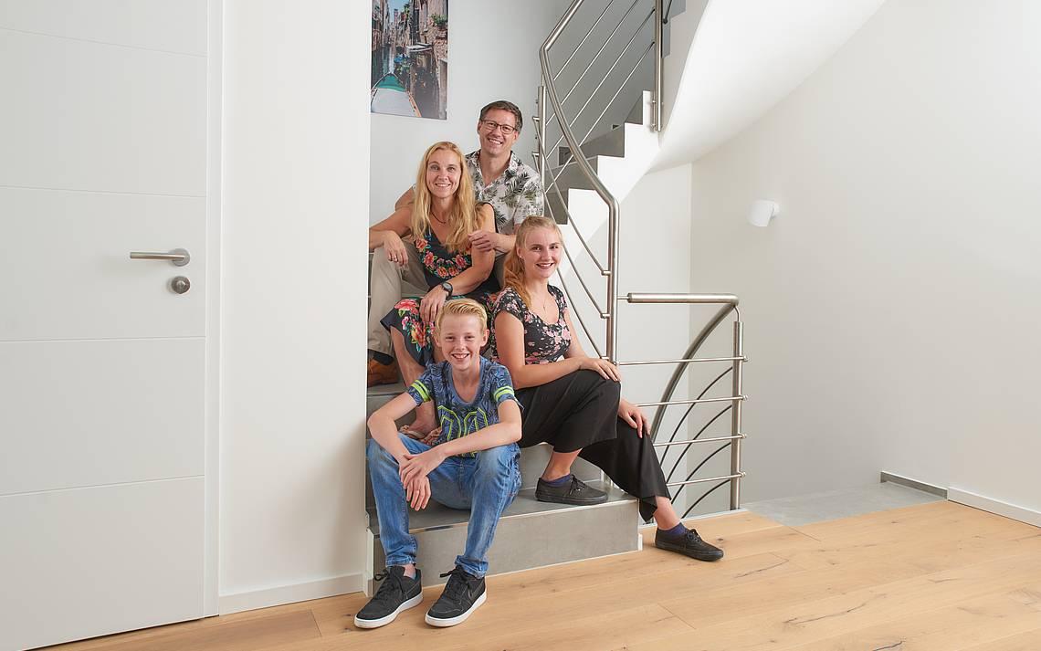 Bauherrenfamilie auf der Treppe