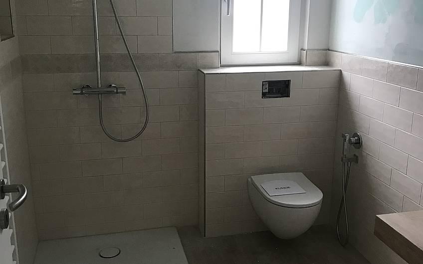 Duschbad im individuell geplanten Einfamilienhaus Aura von Kern-Haus in Weinheim-Rippenweier