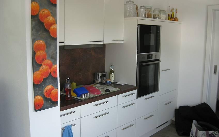 Die schicke Küche ist fertig aufgebaut und alle Utensilien haben ihren Platz gefunden.