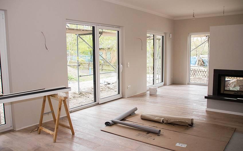 Wohnbereich mit Fensterfronten und Kamin