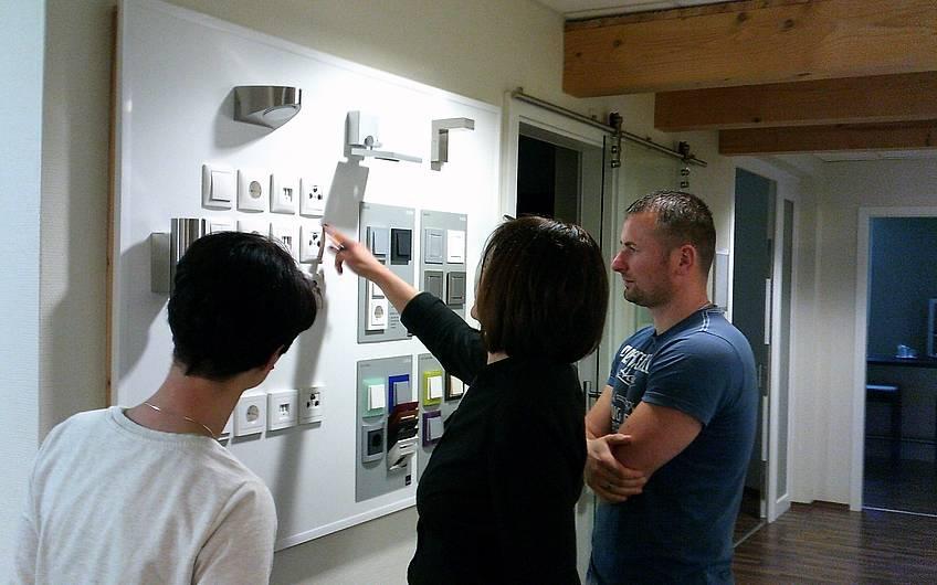 Hochwertige und ansprechende Schalter und Steckdosen von Qualitätsmarken kennzeichnen die Kern-Haus-Ausstattung.