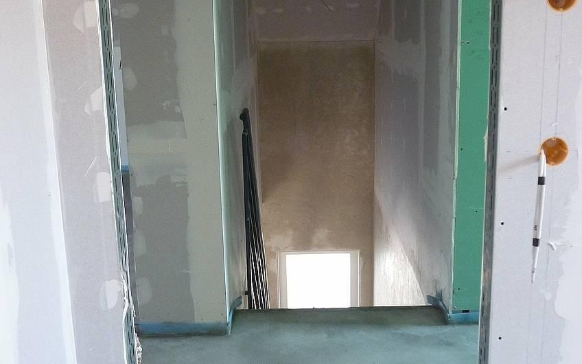 Blick durch Türöffnungen zum Treppenabgang