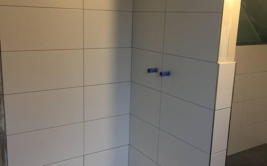 Die Dusche ist fertig gefliest.