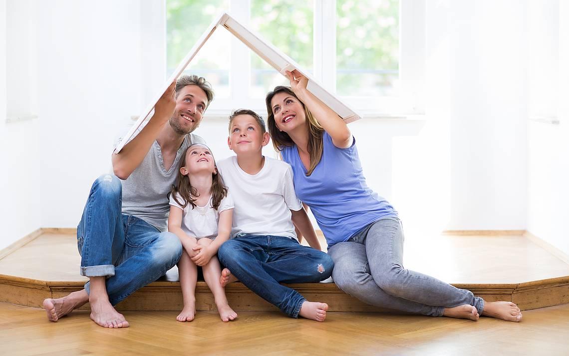 Familie auf dem Boden