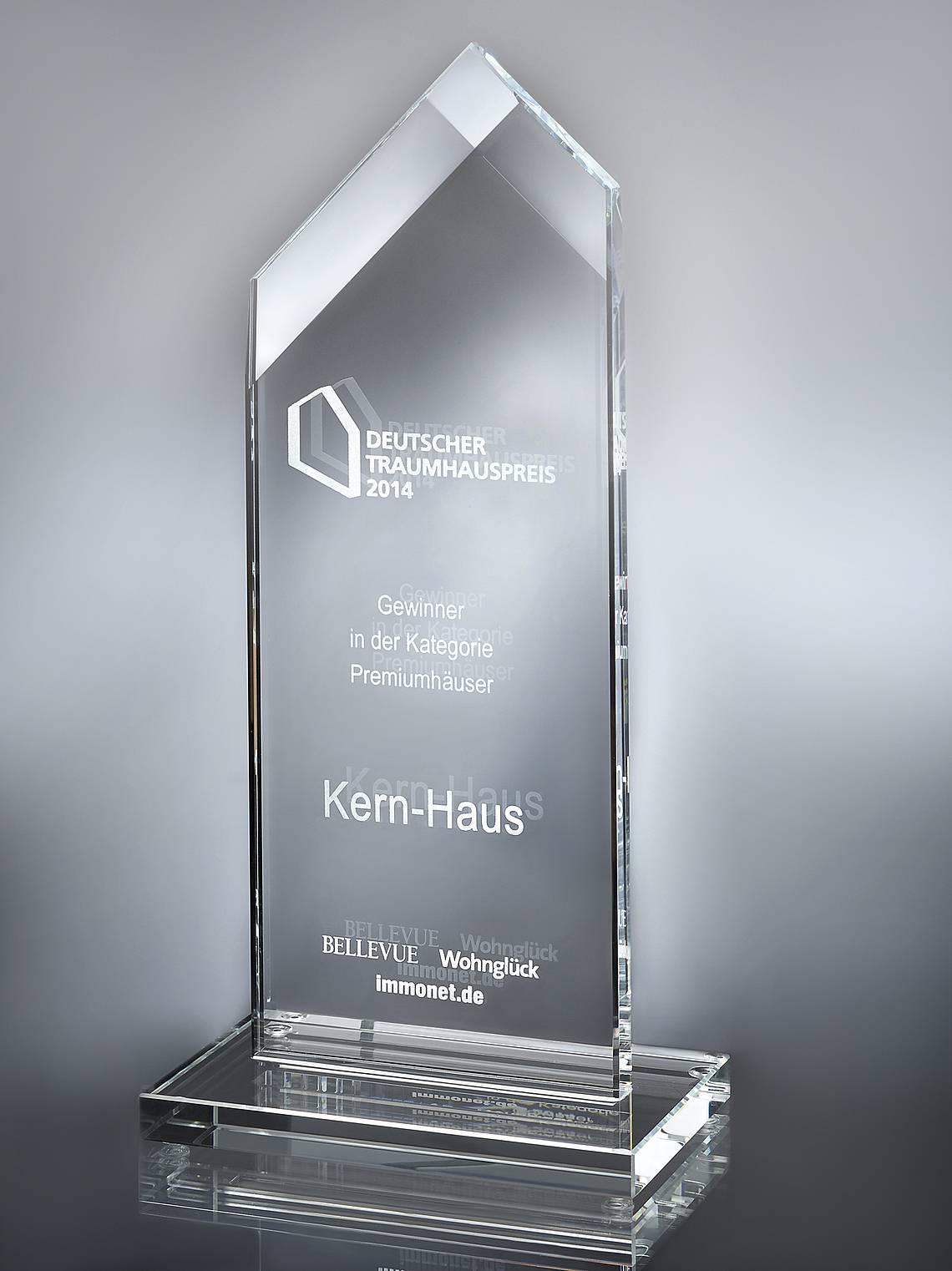 Trophäe Deutscher Traumhauspreis 2014 für Stadtvilla Aurelio von Kern-Haus