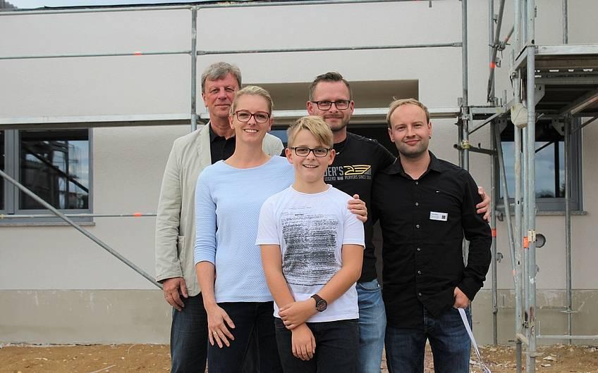 Bauherren mit Kern-Haus-Team vor dem Bungalow Trio in Magdeburg