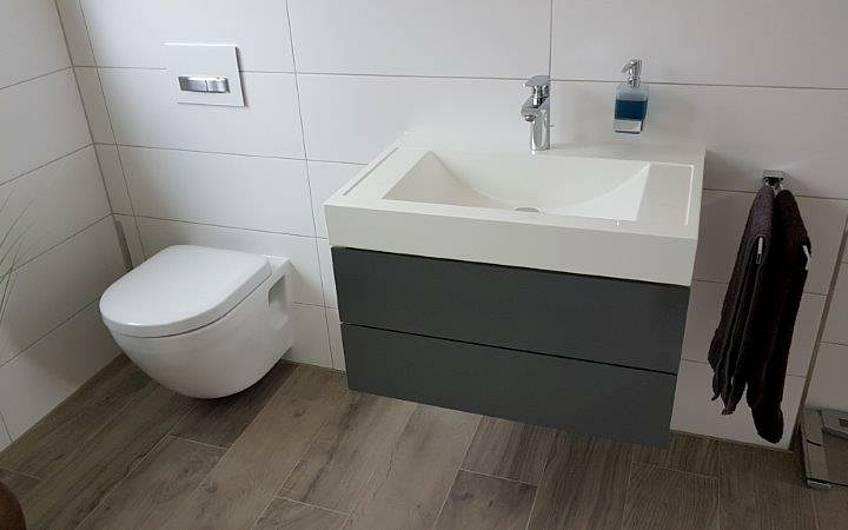 Waschbecken und Toilette im Badezimmer in der individuell geplanten Doppelhaushälfte Twin XL von Kern-Haus in Bammental