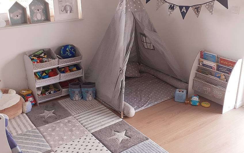 Kinderzimmer in Naturtönen.