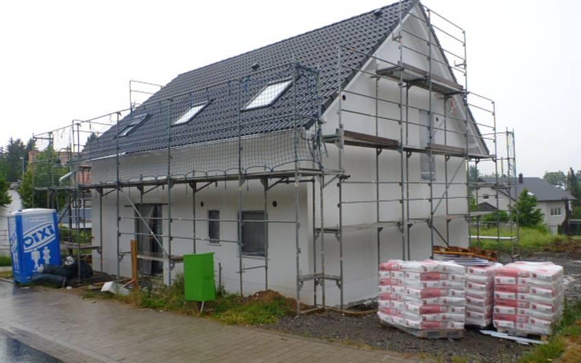 Verputzte Fassade des Einfamilienhauses Signum Plus von Kern-Haus in Talheim