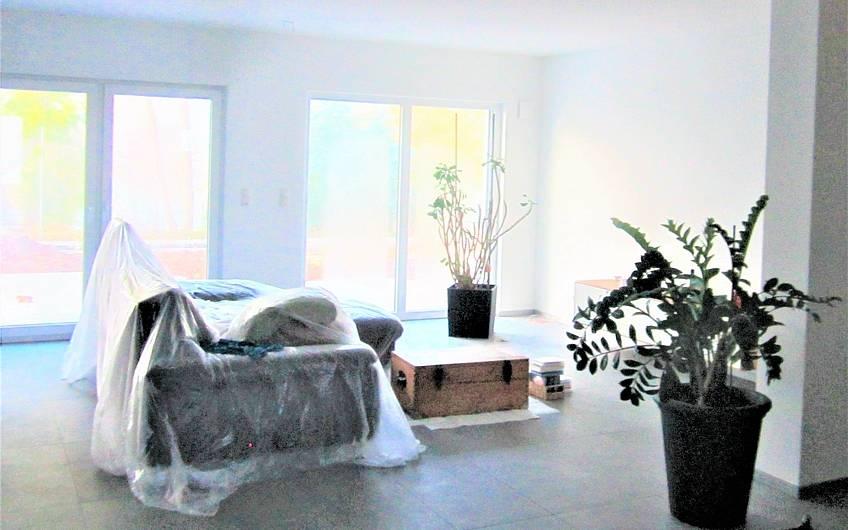 Die ersten Möbel im Wohnzimmer wurden aufgestellt.