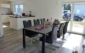 Essbereich mit offener Küche im individuell geplanten Einfamilienhaus Luna von Kern-Haus in Dettenheim