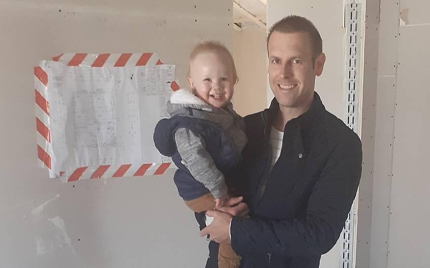 Der Estrich wurde verlegt. Vater und Junior freuen sich über den Baufortschritt.