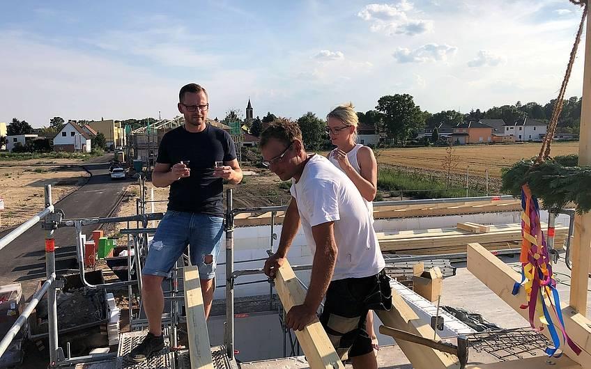 Zimmermann hält den Richtspruch auf einem Kern-Haus in Magdeburg