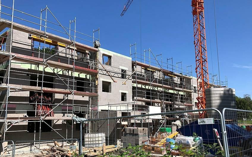 In den letzten Wochen wurde das Obergeschoss gemauert und auch das Dachgeschoss ist fast fertiggestellt.