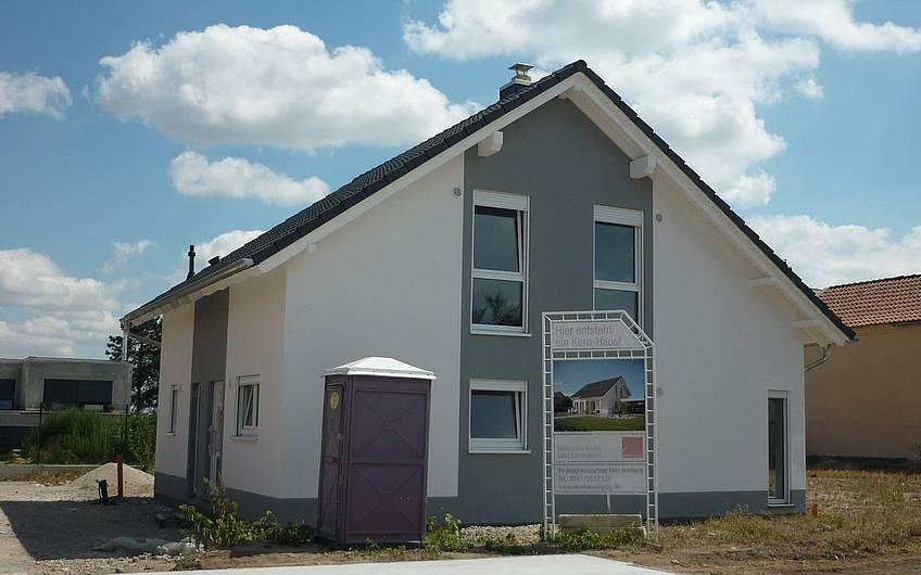 fertiger Außenputz grau-weiß Kern-Haus