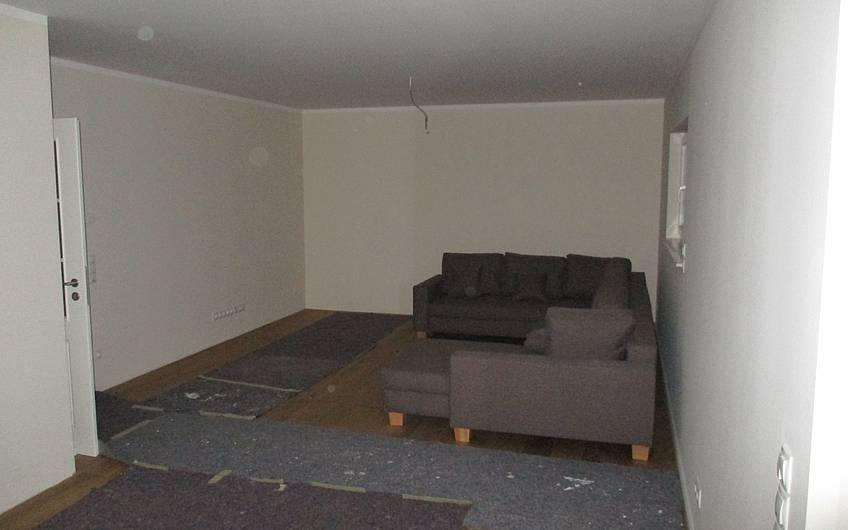 Erste Möbel stehen im Haus.
