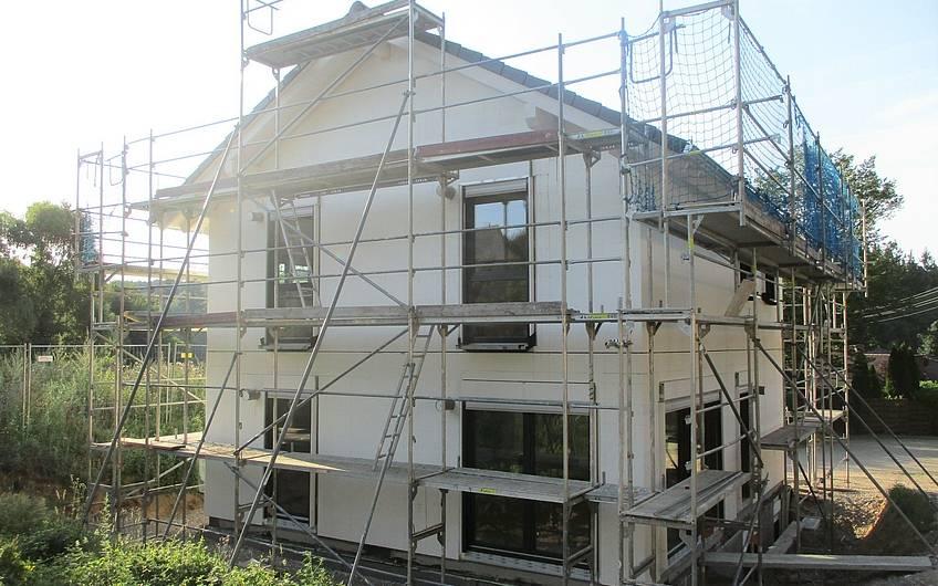 Die Fenster sind eingebaut und das Dach gedeckt.
