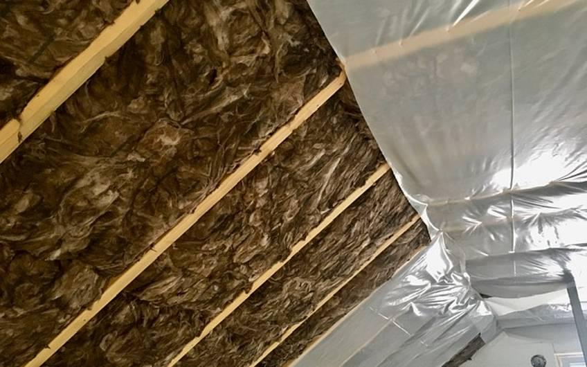 Der Innenausbau schreitet voran. Die Dachdämmung wurde eingebaut.