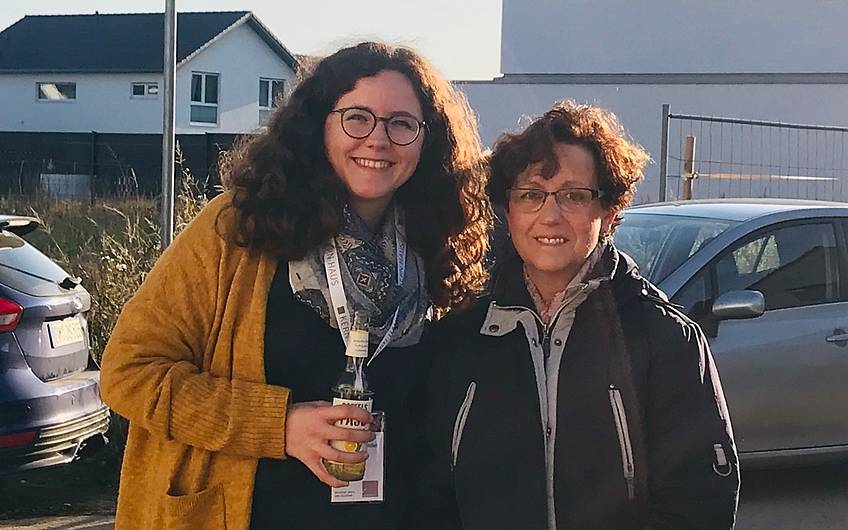 Ein stolzer Moment. Die Bauherrin mit ihrer Mutter.