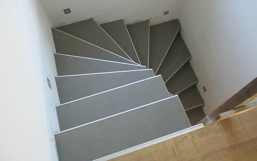 Die Lichtspots entlang im Treppenaufgang sorgen immer für ausreichend Beleuchtung.