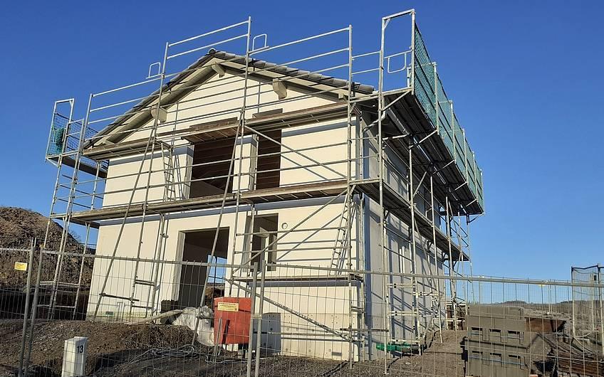 """Mit Erstellen des Daches hat das Haus sein """"Gesicht"""" erhalten."""