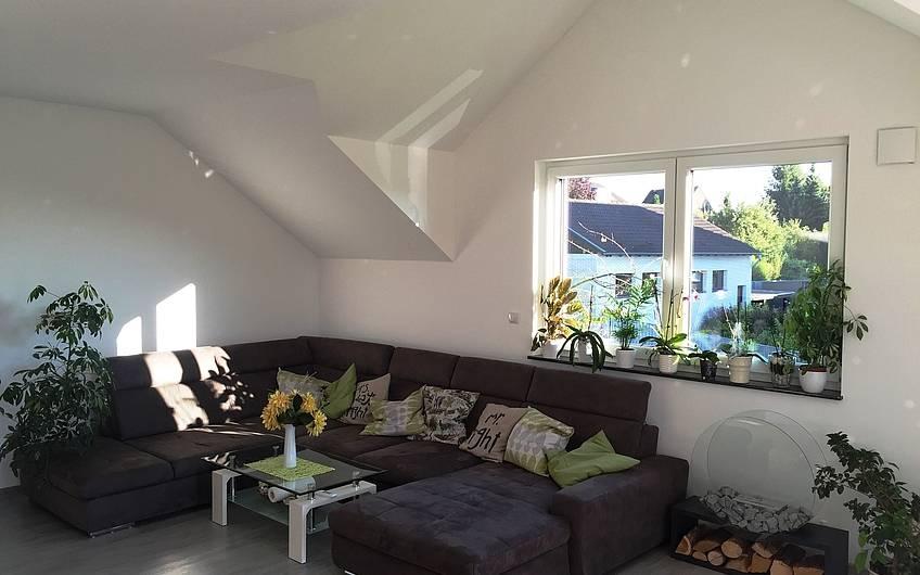 Ein gemütliches Wohnzimmer im Dachgeschoss