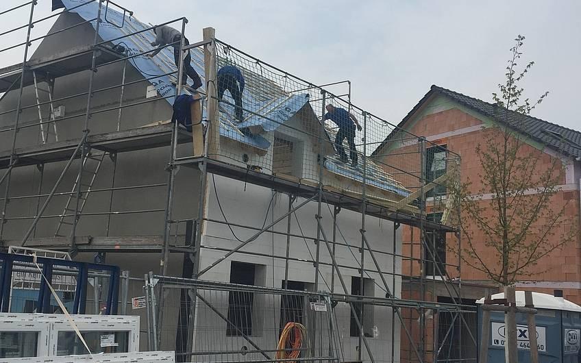 Vorbereitungen zur Dacheindeckung der individuell geplanten Doppelhaushälfte Twin L von Kern-Haus in Ketsch