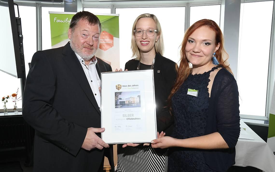 Klaus Vetterle, Laura Welling und Maria Seidenkranz bei der Verleihung des Hauses des Jahres 2018