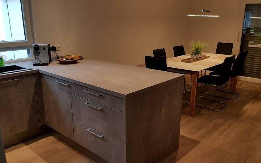 Küche und Esszimmer in der individuell geplanten Doppelhaushälfte Twin XL von Kern-Haus in Bammental