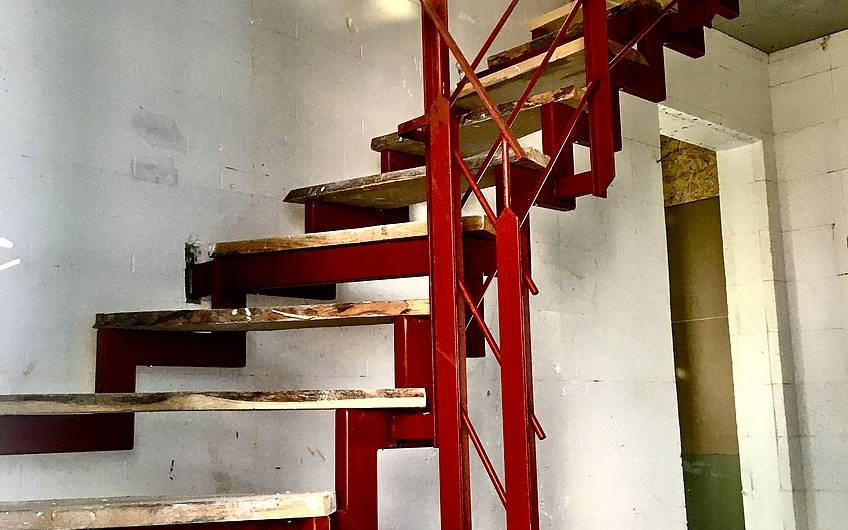 Bis zur Fertigstellung des Innenausbaus bleibt die Bautreppe bestehen, damit keine Beschädigungen an der Original-Treppe entstehen.